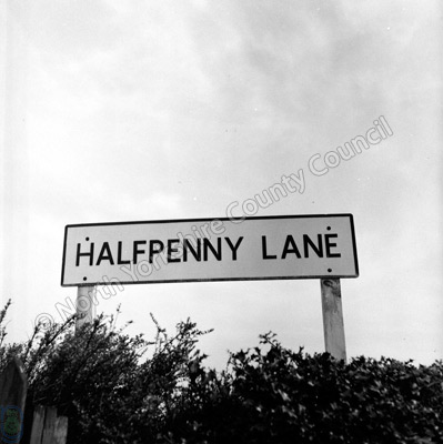 Halfpenny Lane, Sign